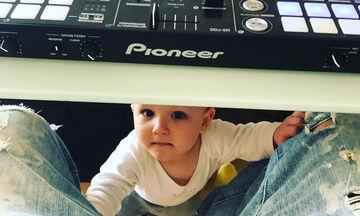 Έλληνας ραδιοφωνικός παραγωγός ανακοίνωσε με τον πιο τρελό τρόπο ότι θα γίνει για 2η φορά μπαμπάς
