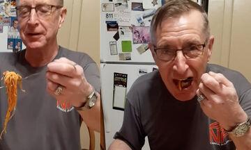 Μπαμπάς μας έδειξε τον πιο αστείο τρόπο να φάμε τα μακαρόνια μας - Κλαίμε από τα γέλια (vid)