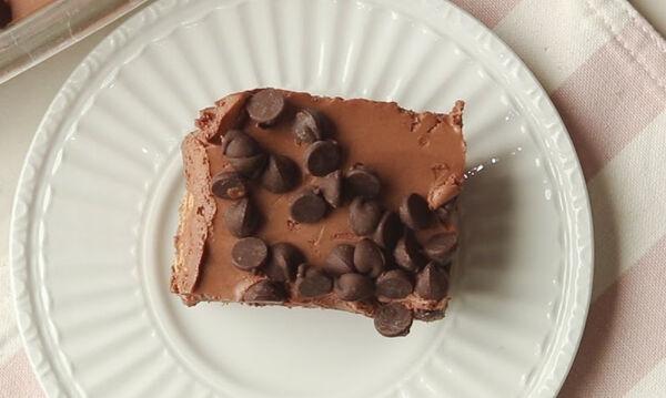 Σοκολατένιο γλυκό ψυγείου με τρία μόνο υλικά ( vid)