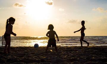 Τρία παιχνίδια για να διασκεδάσεις με τα παιδιά στην παραλία