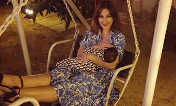 Κατερίνα Παπουτσάκη: Υπερασπίζεται το δικαίωμα στον δημόσιο θηλασμό (pics)