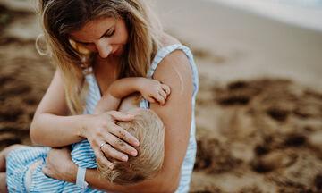 Θηλασμός το καλοκαίρι: Μύθοι και αλήθειες (vid)
