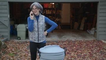 Όταν η μανούλα αφήνει μήνυμα στον τηλεφωνητή - Ξεκαρδιστικό βίντεο που θα σας θυμίσει τη μαμά σας