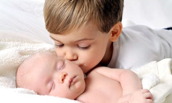 Nέο μέλος στην οικογένεια; 4 τρόποι για να αντιμετωπίσετε τη ζήλια του νηπίου (vid)