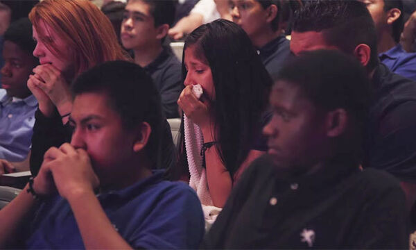 Μια απλή ιστορία για την αγάπη της μάνας έκανε όλους τους μαθητές του γυμνασίου να κλαίνε (vid)