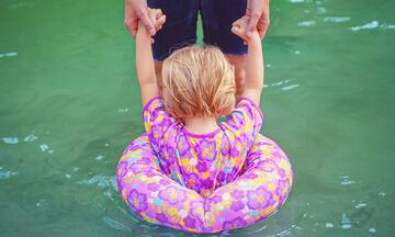 Να γιατί δεν πρέπει να παίρνετε τα μάτια σας πάνω από το παιδί σας ακόμη και αν φορά σωσίβιο (vid)